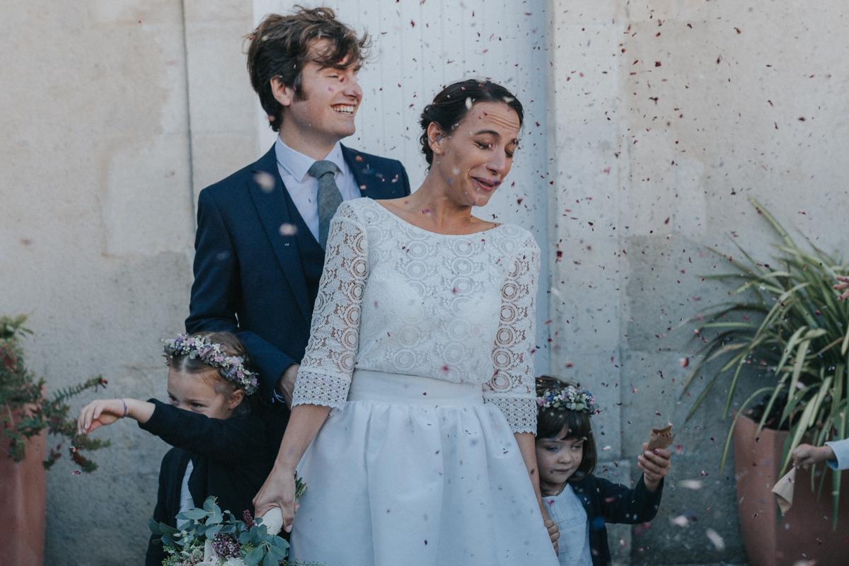 sortie de la mairie avec confettis pour mariage en vendée