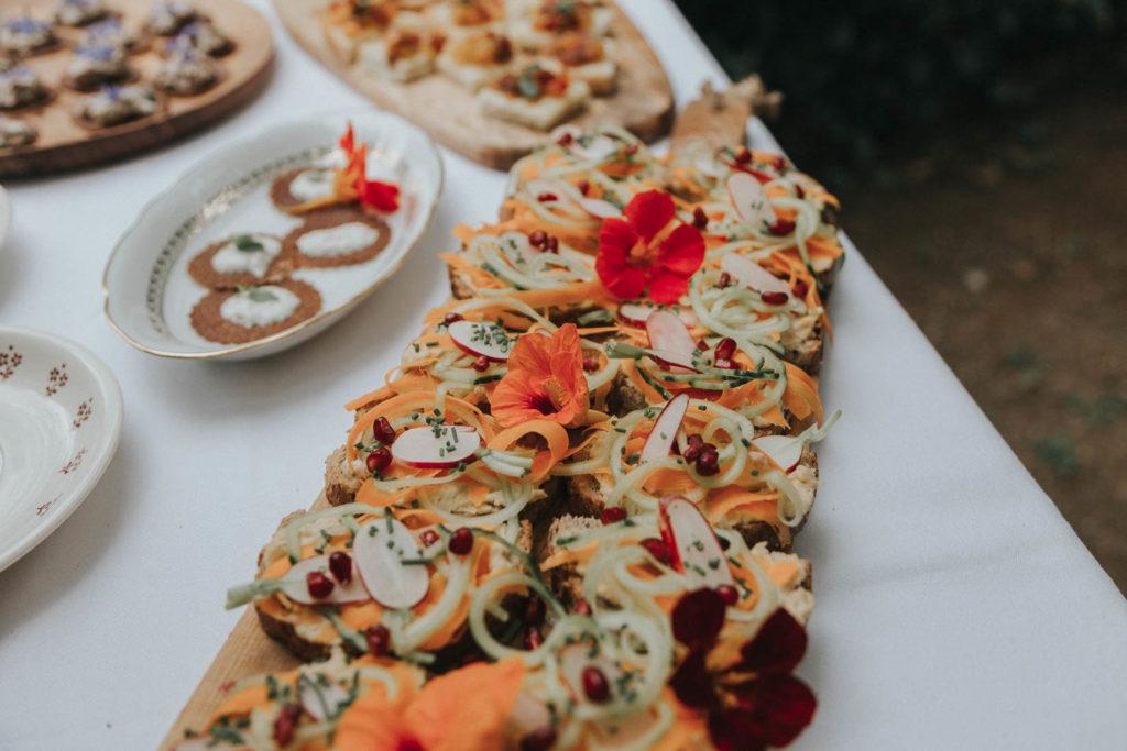 mariage folk intime en bretagne - combinaison Maison Lemoine - costume Faubourg Saint sulpice - dejeuner sous tente - maison familiale